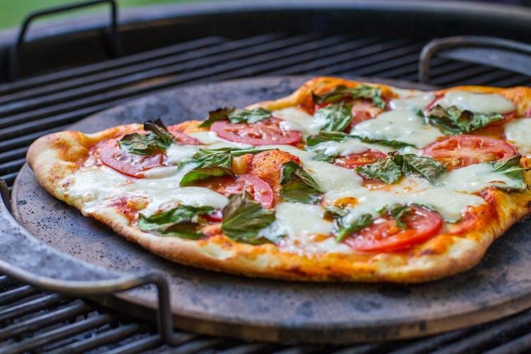 Weber Elektrogrill Mit Pizzastein : Grillrezepte für pizza und brot weber grill original