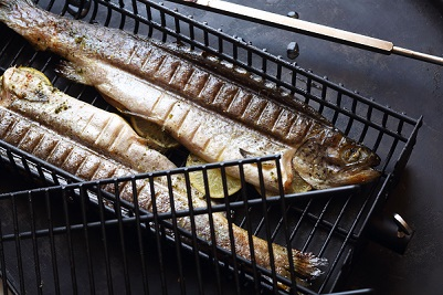 Weber Holzkohlegrill Fisch : Forelle aus dem weber drehspießkorb fisch und schalentiere