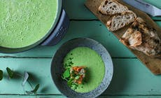 Grüne Erbsensuppe Mit Kaltgeräuchertem Lachs Und Schnittlauch 1