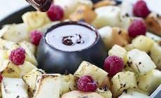 Grillede Frugter Med Chokoladesauce