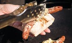 Merguez Hot Dog Med Dijon Sauerkraut Og Peberfrugtstrimler