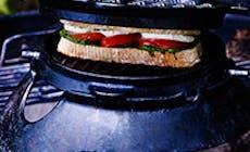 Sandwich De Tomate Con Pesto Y Mozzarella